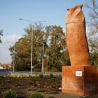 Статуя на сова във форма на фалос предизвика протести в Сърбия (Снимки)
