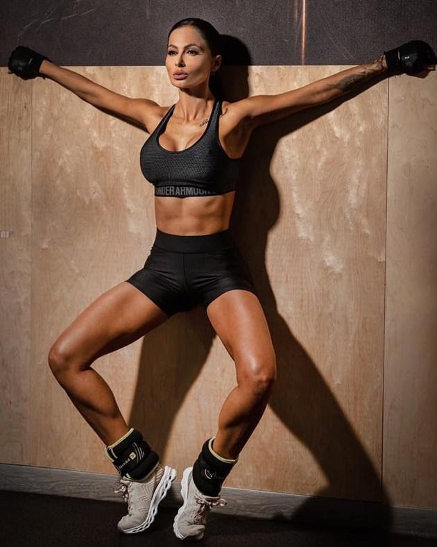 Фолкпевица заработва като фитнес инструкторка