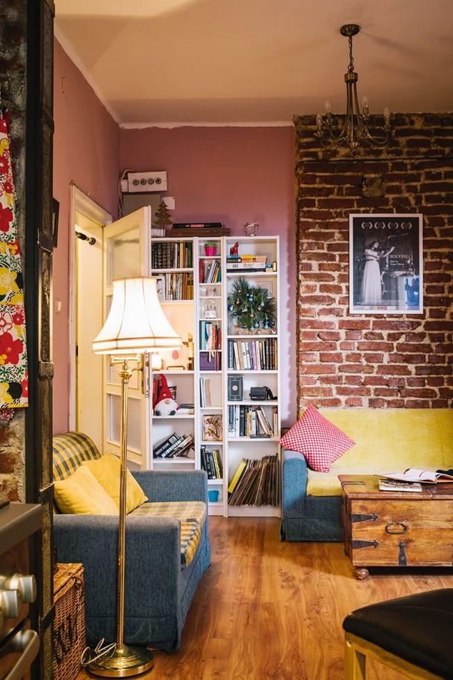 """Библиотеката е от ИКЕА. На тухлената стена - плакат на филма """"Солвейг"""", на който Яна е сценарист и режисьор"""