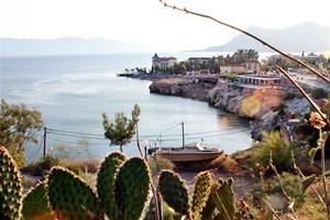 Изглед от Евия със залива, от който извират два топли минерални извора