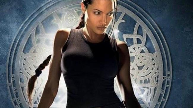В предишните два филма в ролята на Лара Крофт влезе Анджелина Джоли.