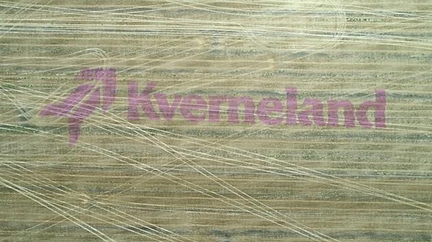 Интересната изненада за домакина на демонстрацията край Бургас, чието стопанство разполага с множество инвентари Kverneland – торачки, плугове, бе изписването на надписа KVERNELAND на неговото поле, което се осъществи отново с помощта на секционния контрол и специализирана боя   Снимки: Андрей Белоконски