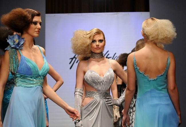 Синоптичката представя рокля на Жана Жекова на модния подиум.