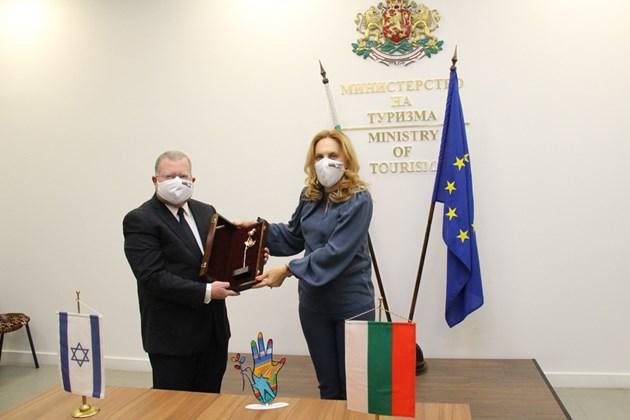 Посланикът на Израел очаква COVID кризата да приключи до юни
