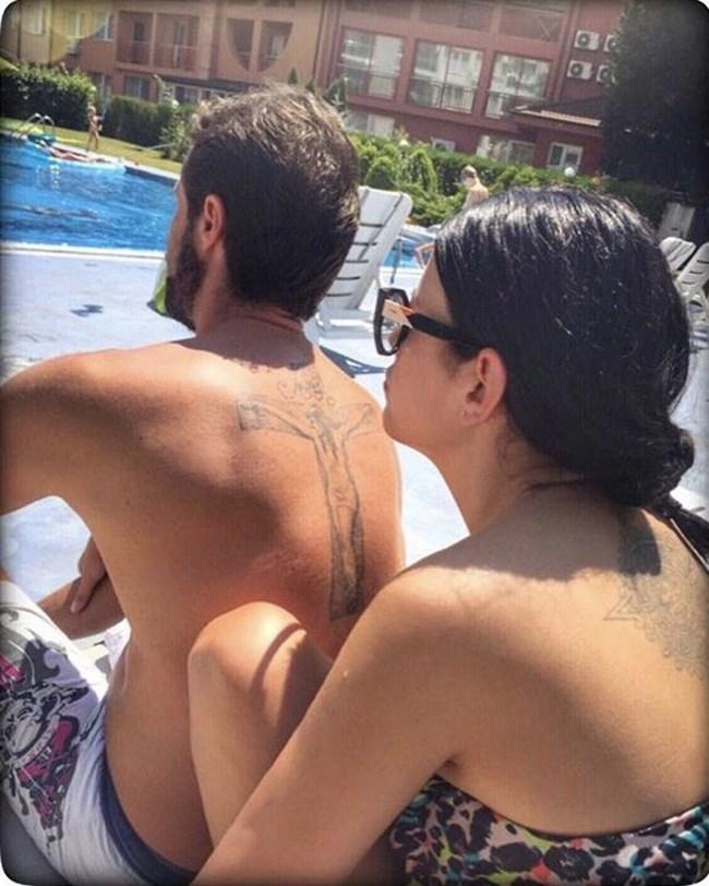 Ралица и Теодор на басейн през лятото