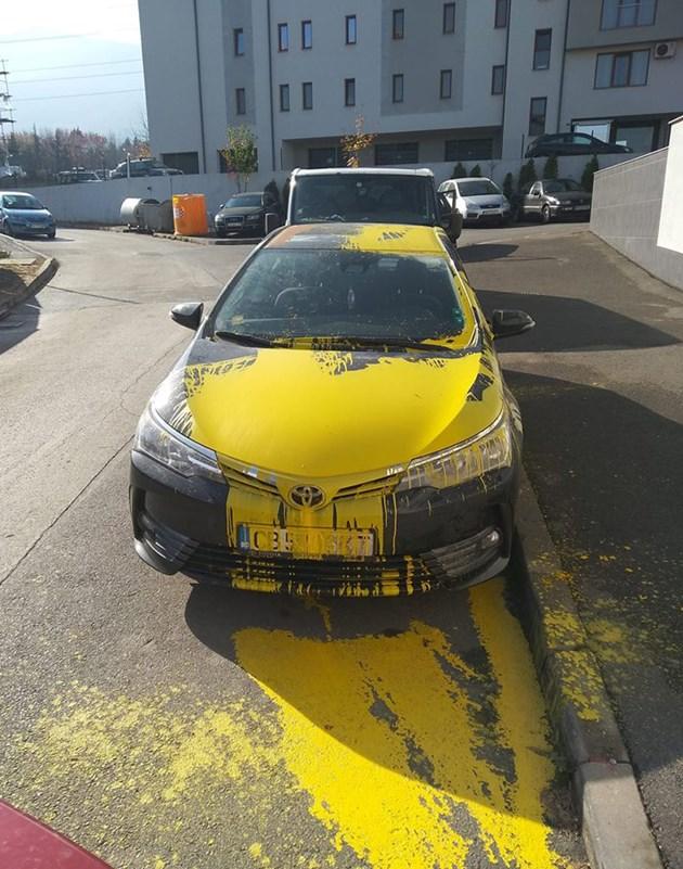 Заляха автомобил с жълта боя