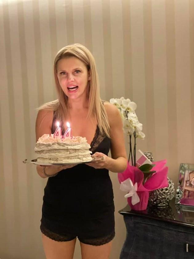 Вдовицата на Шарлопов празнува по пижама