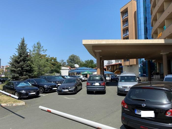 На много места колите са задръстили всички подстъпи към хотелите.