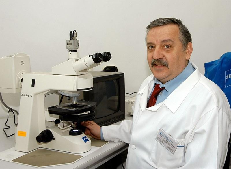Модерният микроскоп е за работа, старият, сдобил се с подарен на професора сувенир - сантимент.
