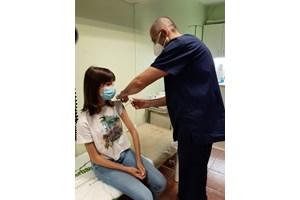 Поставя ваксината на 16-годишната си дъщеря Зорница...