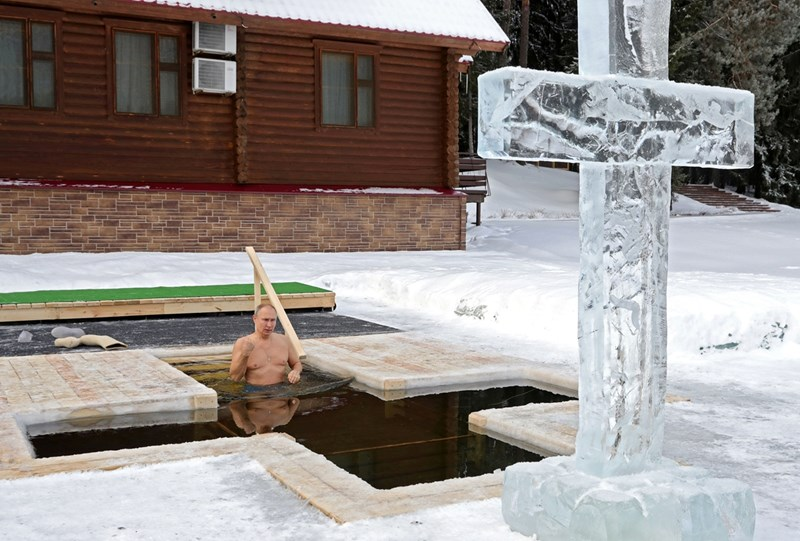 Путин се потопи в ледени води за руското Богоявление СНИМКА: РОЙТЕРС