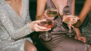 Защо пием алкохол? Прави ли ни по-щастливи