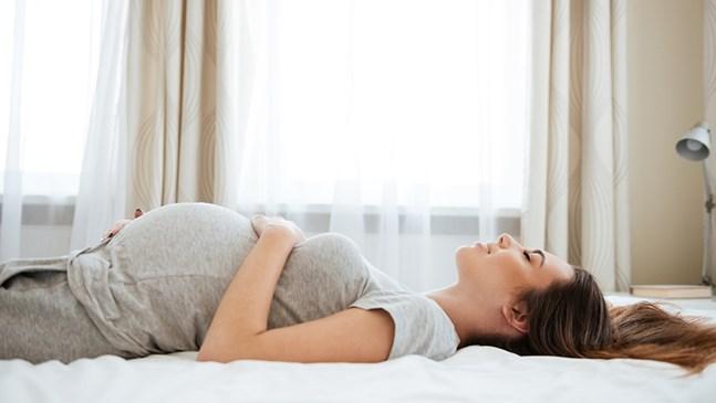 От колко сън се нуждая през бременността?