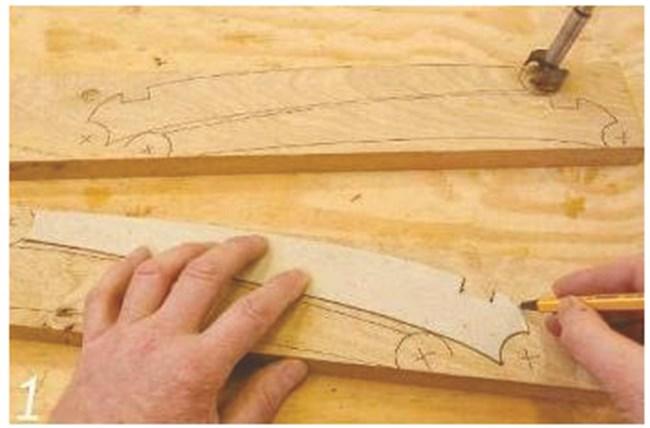 Поставяме шаблон на краката върху дървото, което ще обработим. Планирайте място за отворите с диаметър 30 мм, които ще бъдат пробити на всеки край, за да осигурят плътно прилепване с дръжките на ръкохватката. Изрежете с настолен лентов трион.