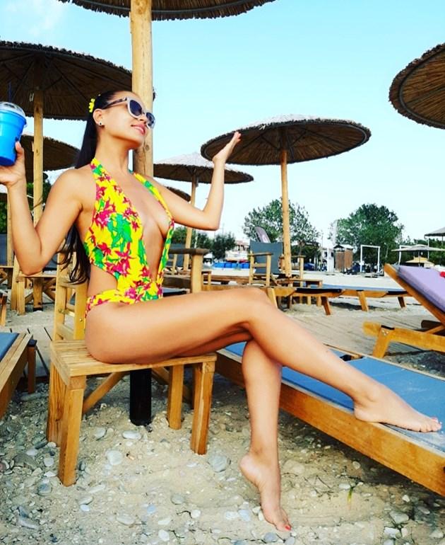 Певица с мегаустни дразни от плажа