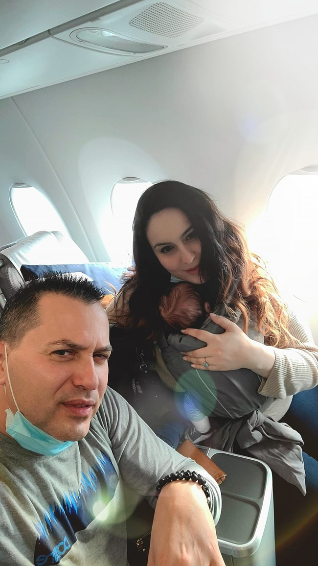Магапаса и Денислава с бебето по време на полета към България