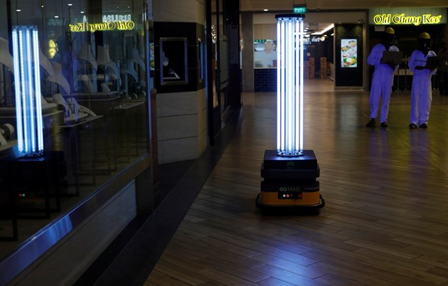 Робот се бори с коронавируса в сингапурски мол (Снимки)