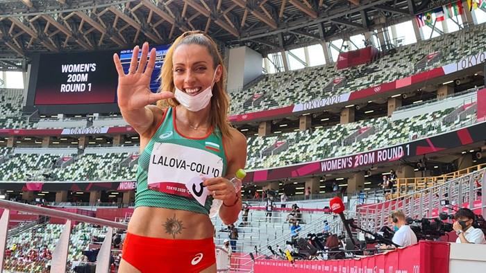 """Ивет Лалова показва """"пет"""" пред човека на """"24 часа"""" в Токио, след като стана първият български лекоатлет с пет участия на олимпийски игри. СНИМКА: НАЙДЕН ТОДОРОВ"""