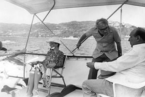 Луканов (в средата) на яхта с Людмила и Тодор Живков.