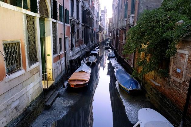 Каналите на Венеция пресъхнаха (Снимки)