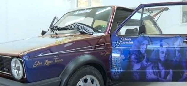 Фен на Deep Purple чака бандата с изрисувана кола