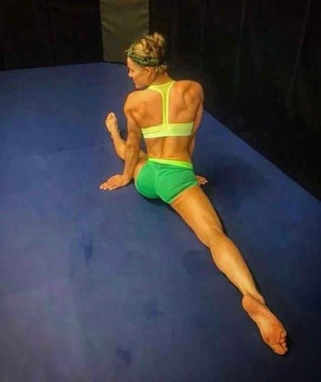 Фелис глези дупе с йога