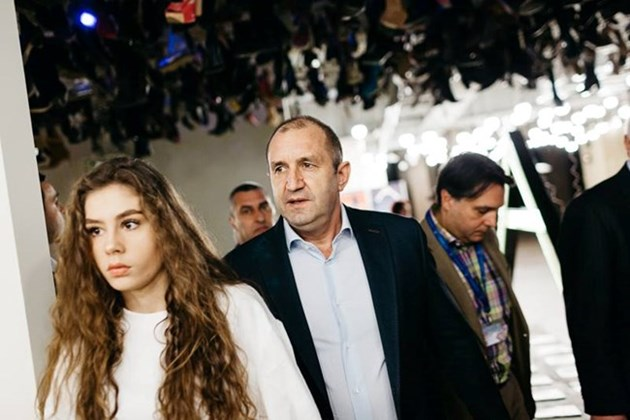 Вижте как дъщерята на Румен Радев влезе сред първите в НАТФИЗ! /ВИДЕО/