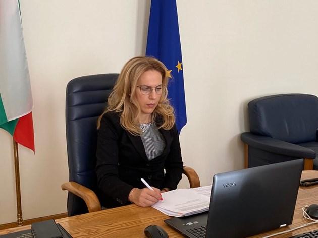 Марияна Николова свика онлайн заседание на тристранката по 4 стълба