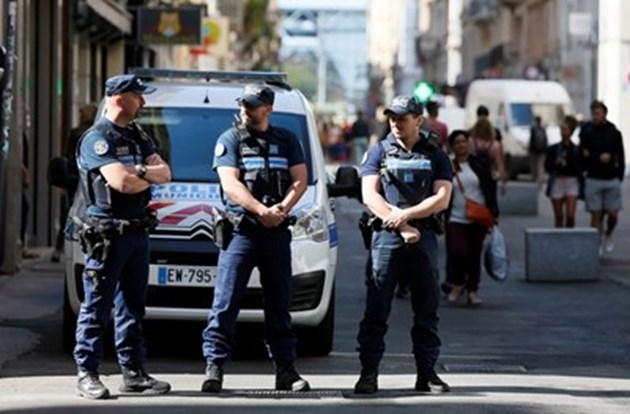 Мъж се вряза с колата си в джамия във френски град
