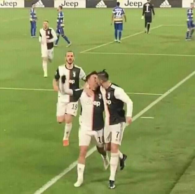 Роналдо лиже съотборник
