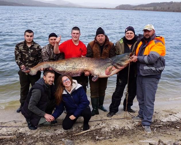 Рибар хвана сом, по-голям от него