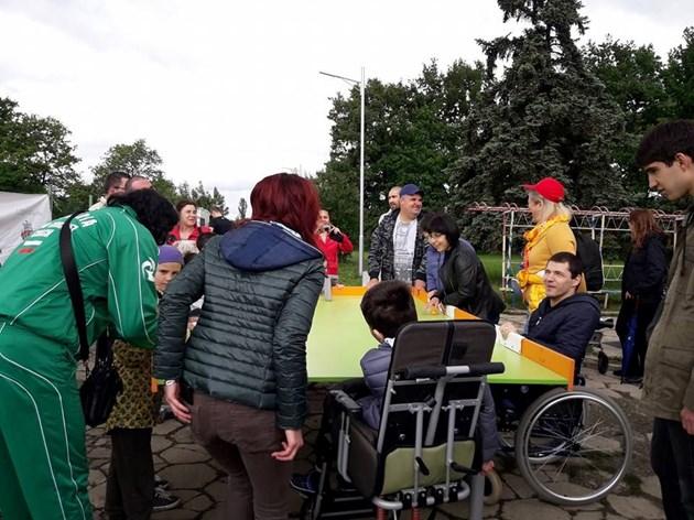 Малчугани с увреждания играят крикет