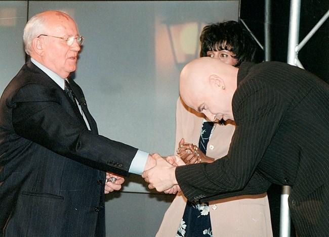 """Михаил Горбачов е гост в """"Шоуто на Слави"""" на 7 май, 2002 г."""