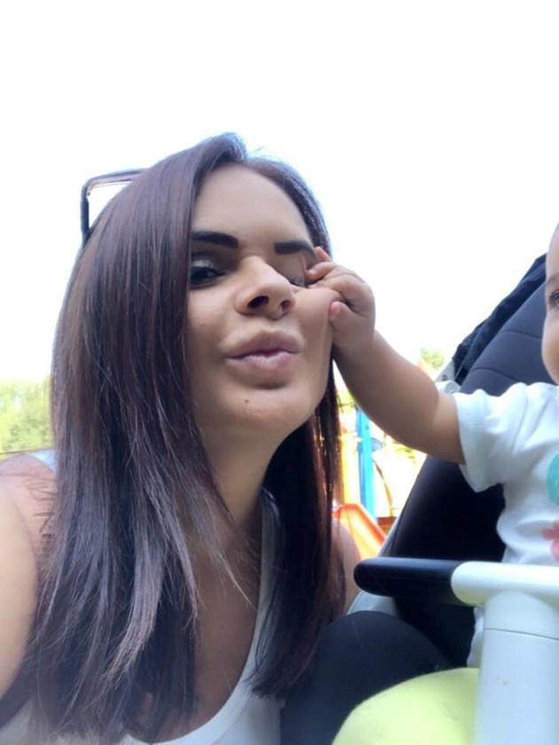 Сестрата на Преслава й гледа бебето