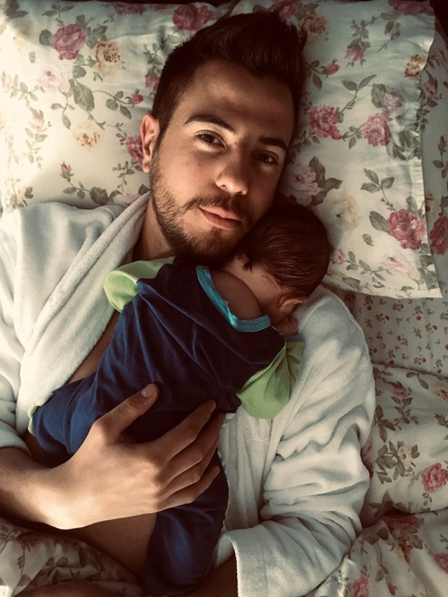 Илиян Любомиров се снима със спящия на гърдите му син.  СНИМКИ: ЛИЧЕН ПРОФИЛ НА ИЛИЯН ЛЮБОМИРОВ ВЪВ ФЕЙСБУК