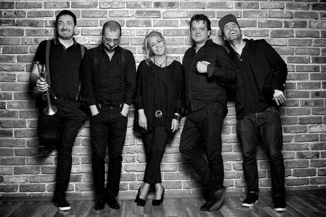 Хилда Казасян заедно с бенда си, с който планират да направят 15 концерта с филмова музика след края на карантината. СНИМКИ: ЛИЧЕН АРХИВ