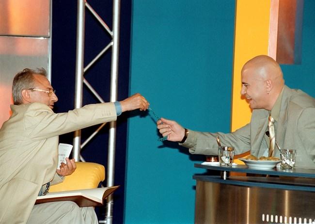 Поредният виден политик - Ахмед Доган, на диванчето пред Слави - 13 юни 2001 г. В тези дни водещият кани всички лидери на големите партии у нас.