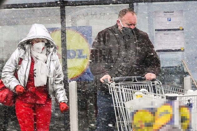 Бронираната Нона пазарува като за потоп