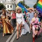 Хиляди на гей парада в Киев, полицията плътно ги охранява (Галерия)