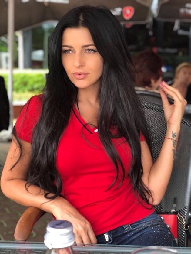 Фолкпевицата Дебора: Не смятам да живея при мъжа ми в Германия