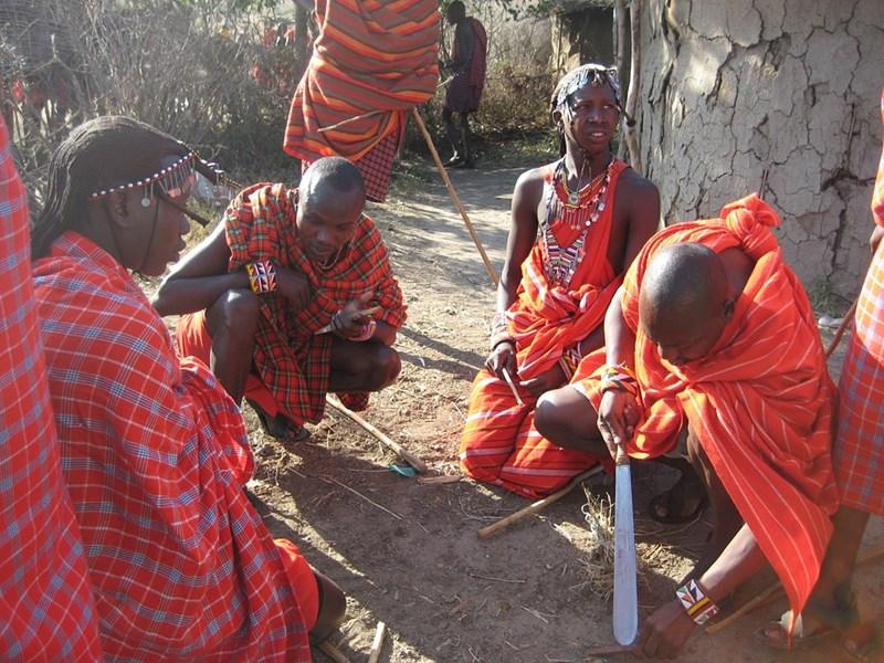 """Воини от племето масаи, наричано """"племето на храбрите копиеносци""""."""
