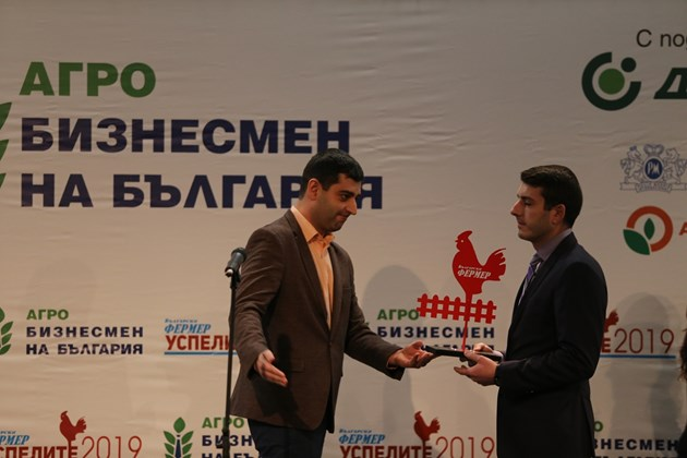 """Николай Вълканов, управител на фондация """"ИнтелиАгро"""" връчи отличието на сина на Петков - Валентин."""