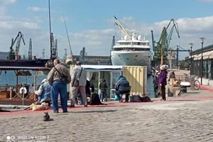 Рибари от Варна хвърлят на пристанището за някоя и друга илария.