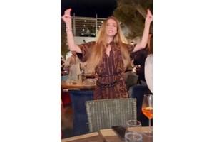Богатата наследница щрака с пръсти в известен клуб в Миконос