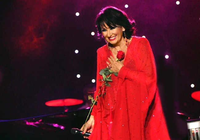 Много стилна - в червена рокля и с червена роза в ръка, на концерта в НДК