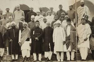 Кадър от Алахабадския конгрес. Ганди подарява тази снимка на Кутинчева