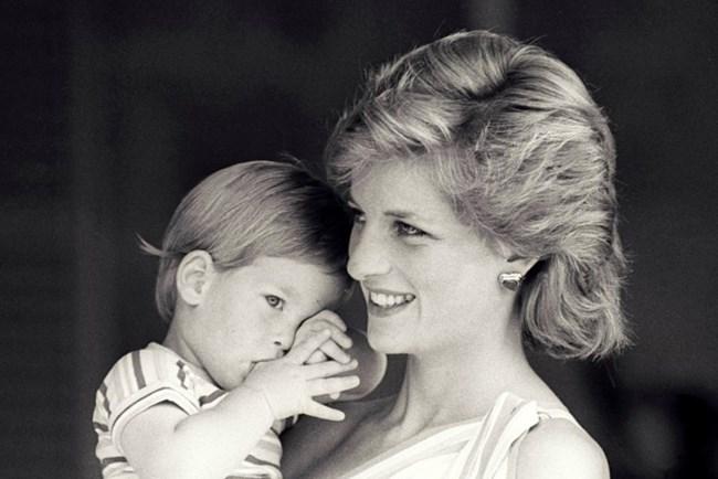 Принцеса Даяна и принц Хари през 1998 г.