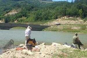 """Риболовци на позиция до моста на язовир """"Цонево""""."""