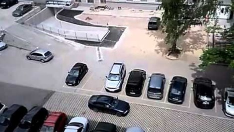 Вижте как паркира млада шофьорка