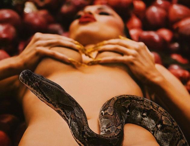 Змии по голото тяло на Санта Китана